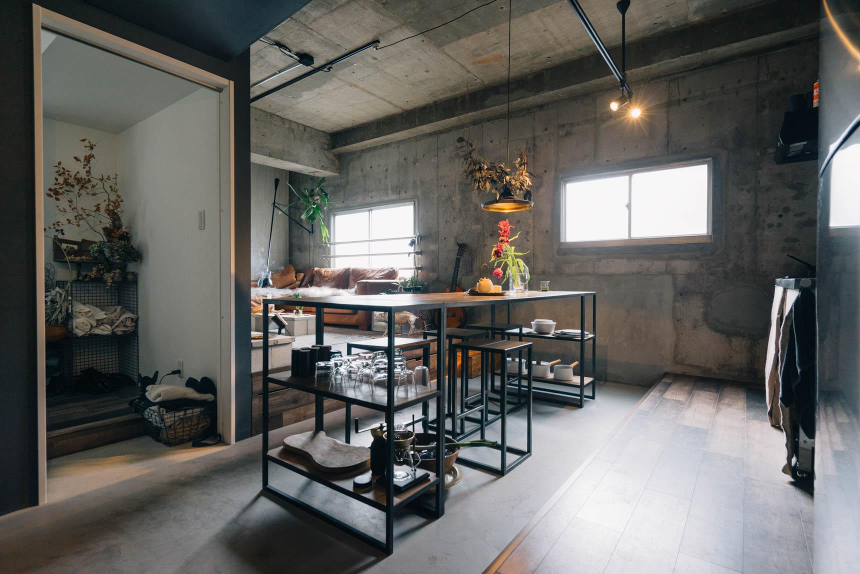 キッチンとの間には、土間のようなスペースが。もともと持っていたダイニングテーブルがぴったりだったことが、この部屋に決めた理由のひとつ。