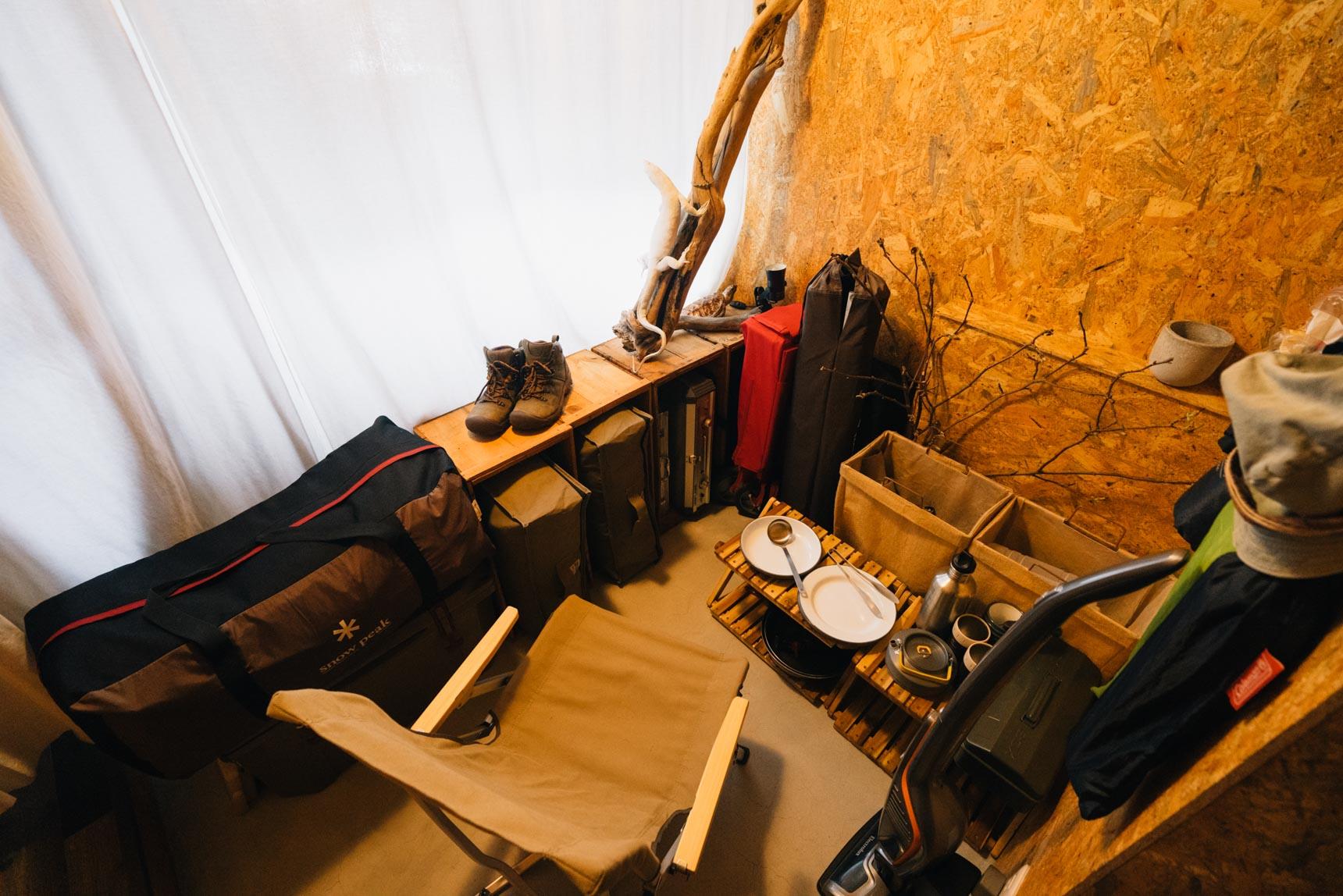 もうひとつある部屋は、アウトドア用品の収納スペースに。