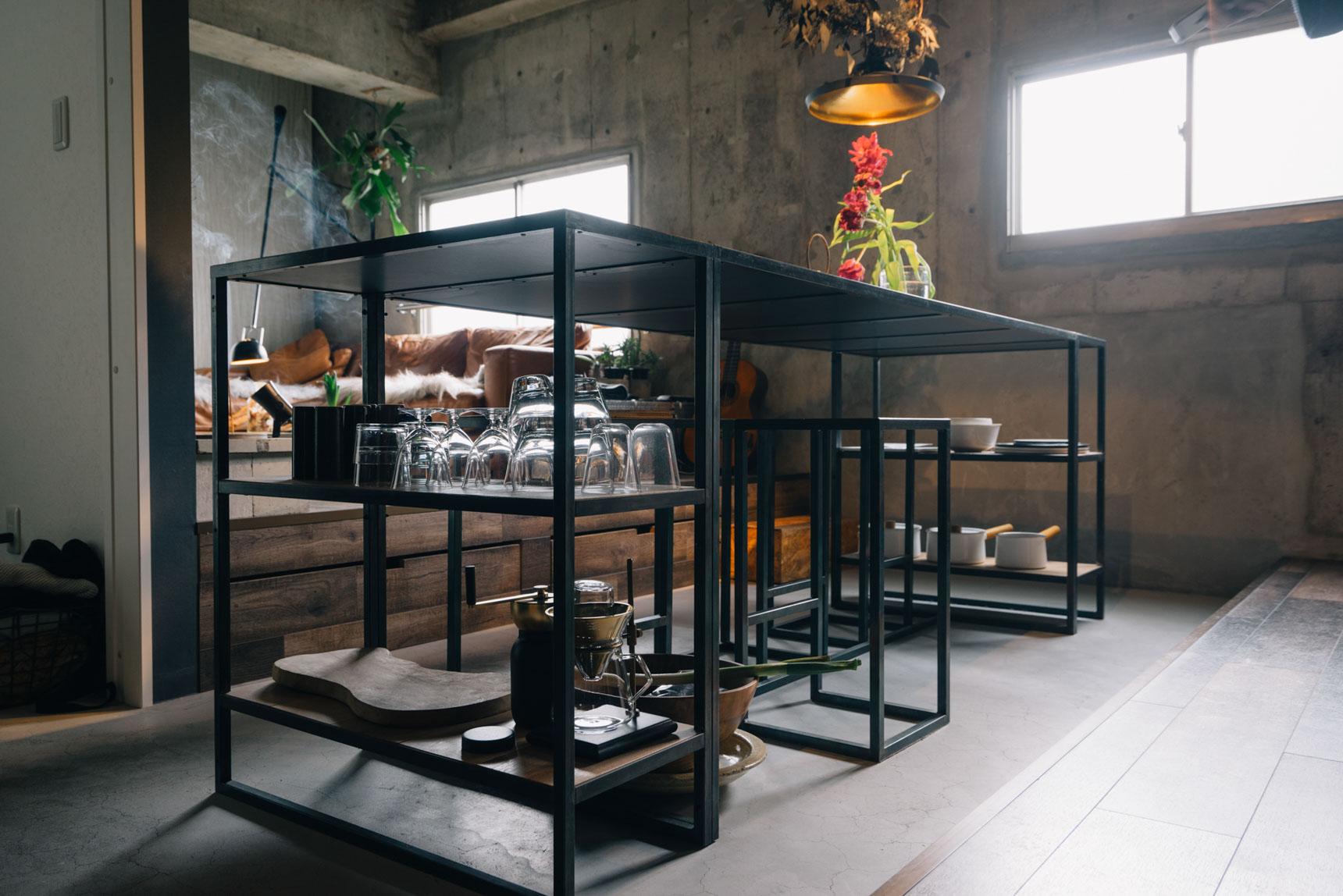 この印象的なダイニングテーブルも、自分でデザイン・設計して作ったもの。鉄工所にオーダーしたフレームに、天板、棚板にはフローリング材をはめ込みました。好きな食器も魅せながら収納できるようにしてあります。