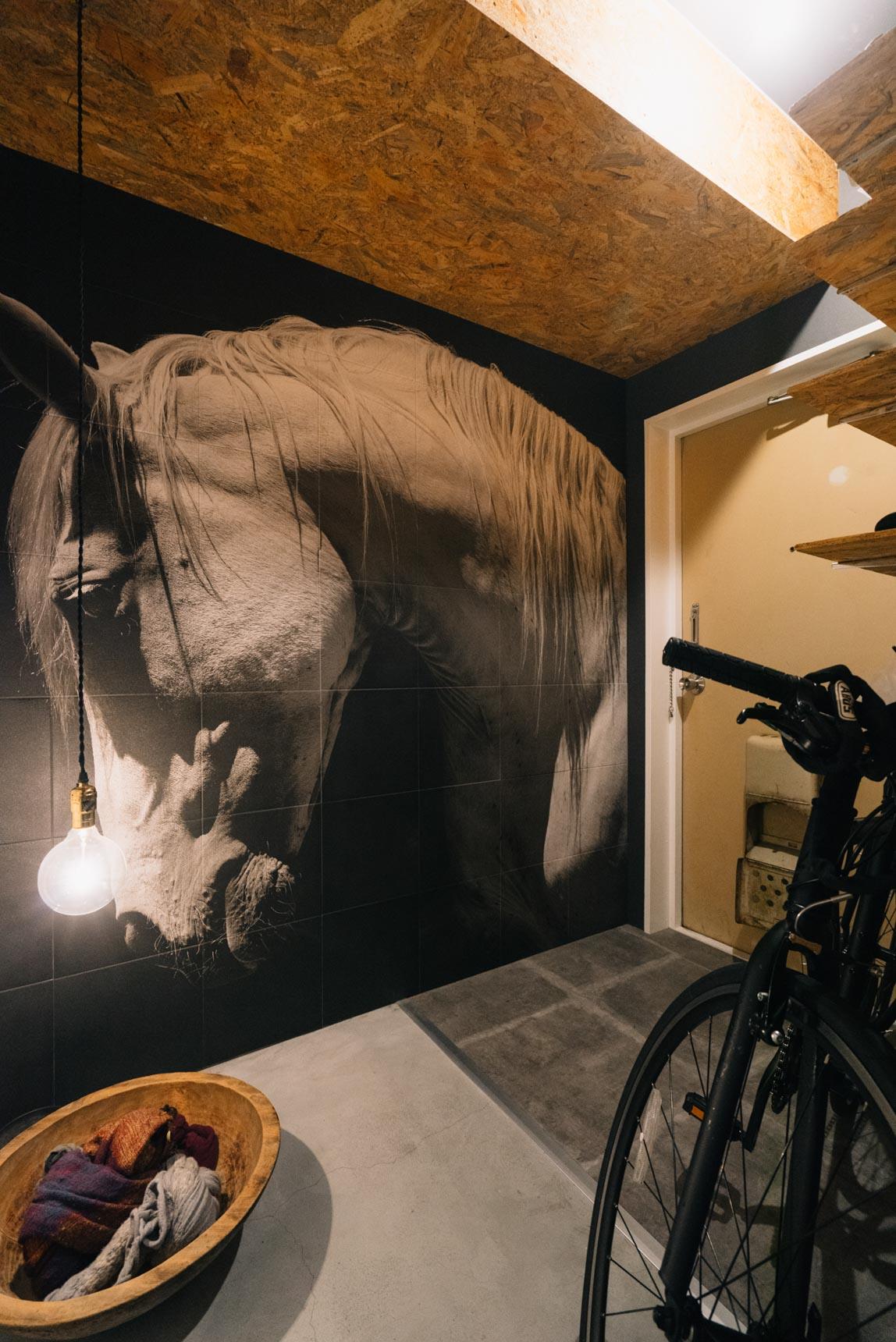 玄関を入ったところで度肝を抜かれる大きな馬の写真。