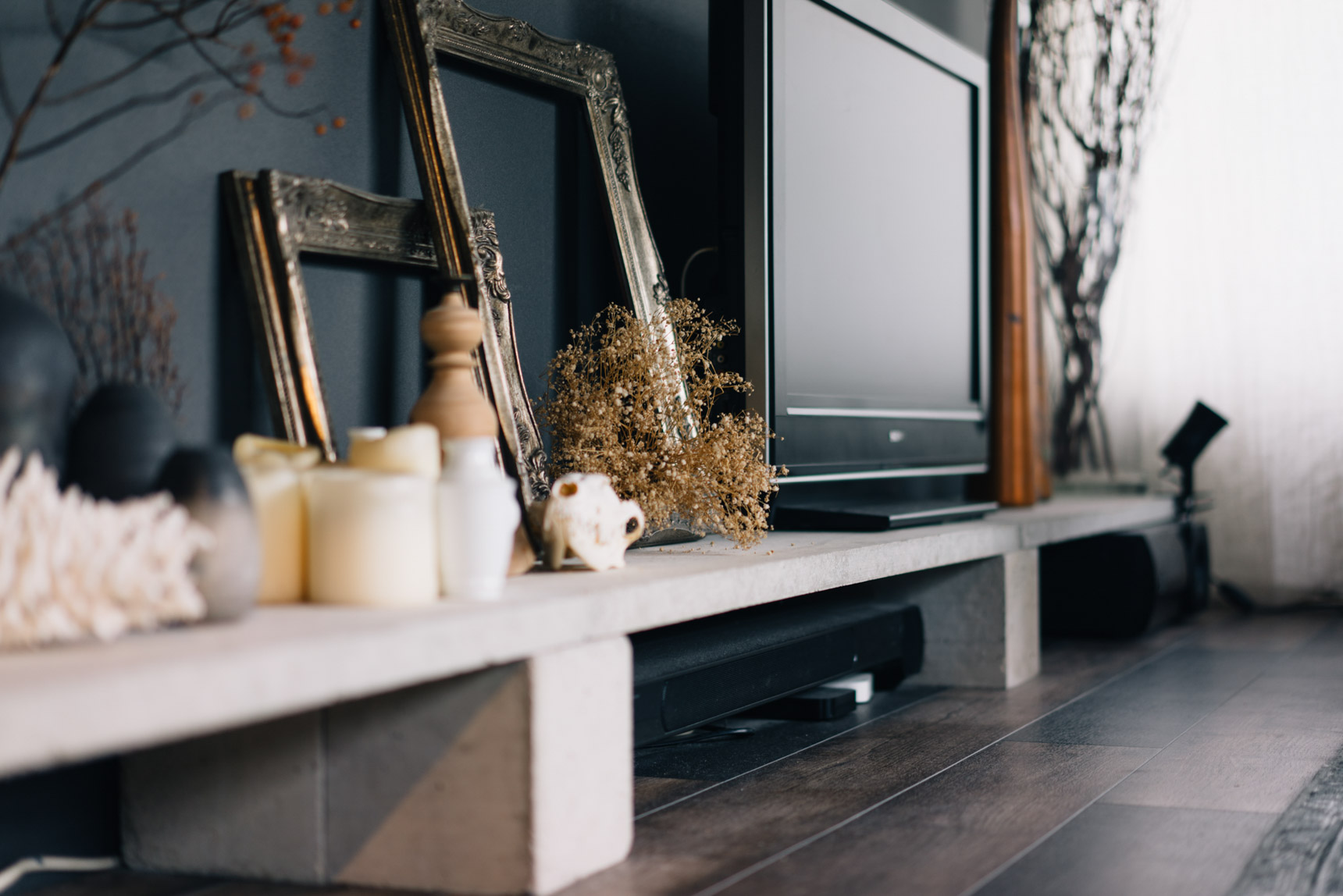 ローテーブル、テレビボードとして使っているのは、ホームセンターに売っていた盆栽用の板とブロック。ひとつ1,000円ほどで手に入れたそう。