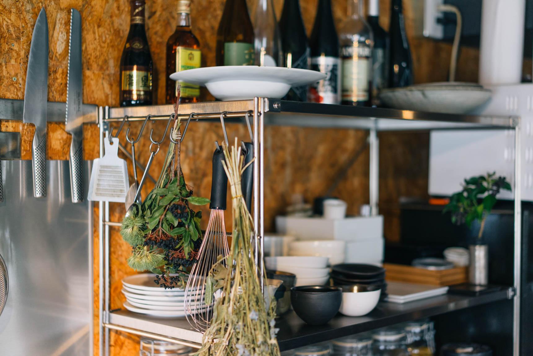 キッチンの食器棚はオープン。最近はまっている日本酒や、スパイス、たくさんの器などが整頓されて並びます。