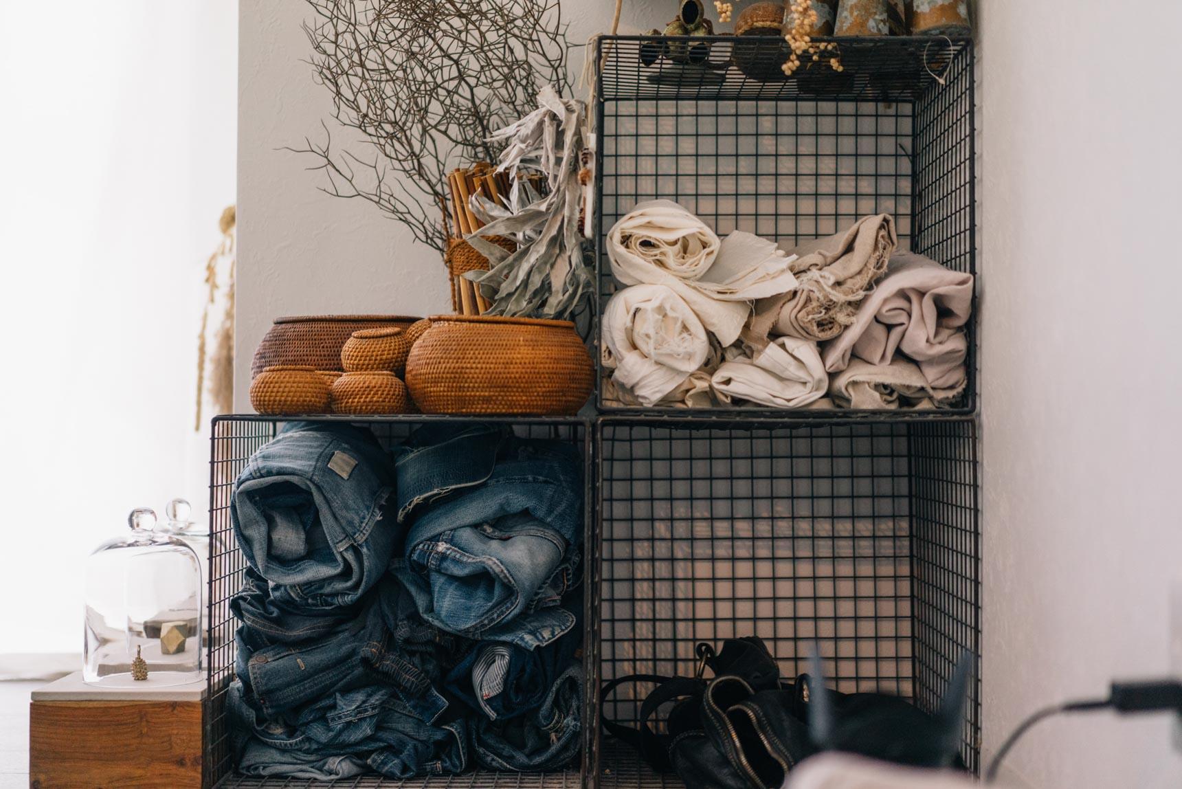 花屋さんの店頭什器として売られていたものというワイヤーボックスに無造作にしまわれているジーンズ。
