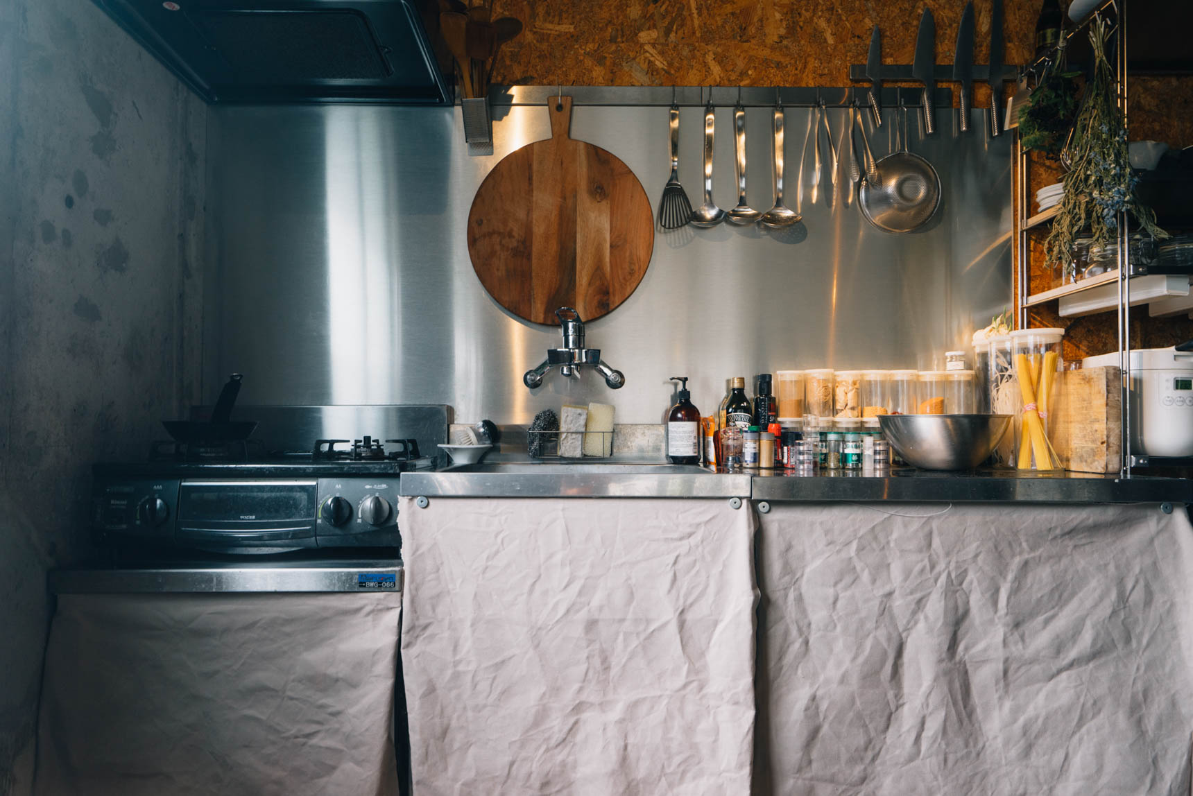 キッチンのステンレスの扉はギラギラしすぎていたので、布に変えました。