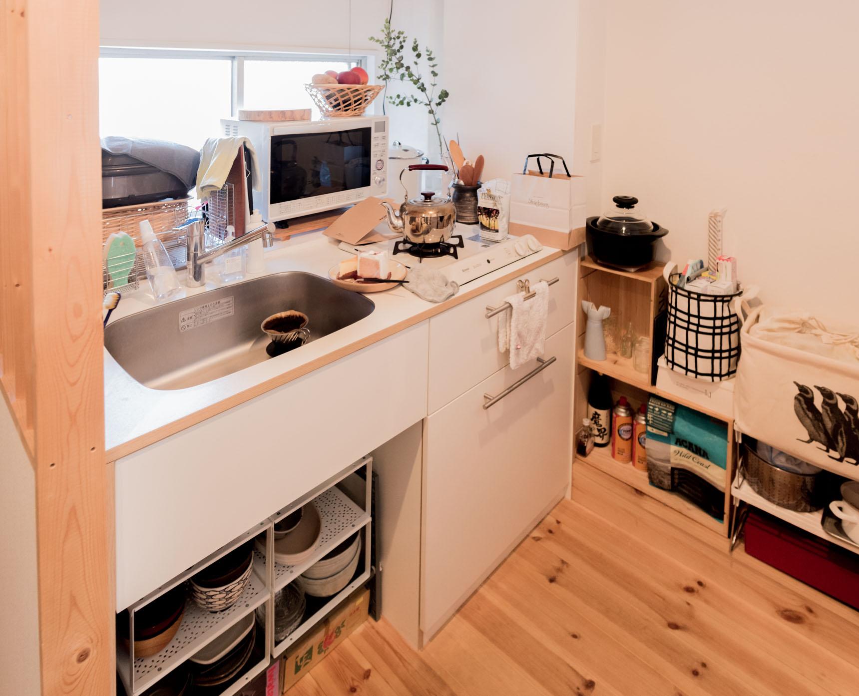 キッチンもコンパクトだが、ものをしまう場所をしっかりと用意して、機能的に使っている