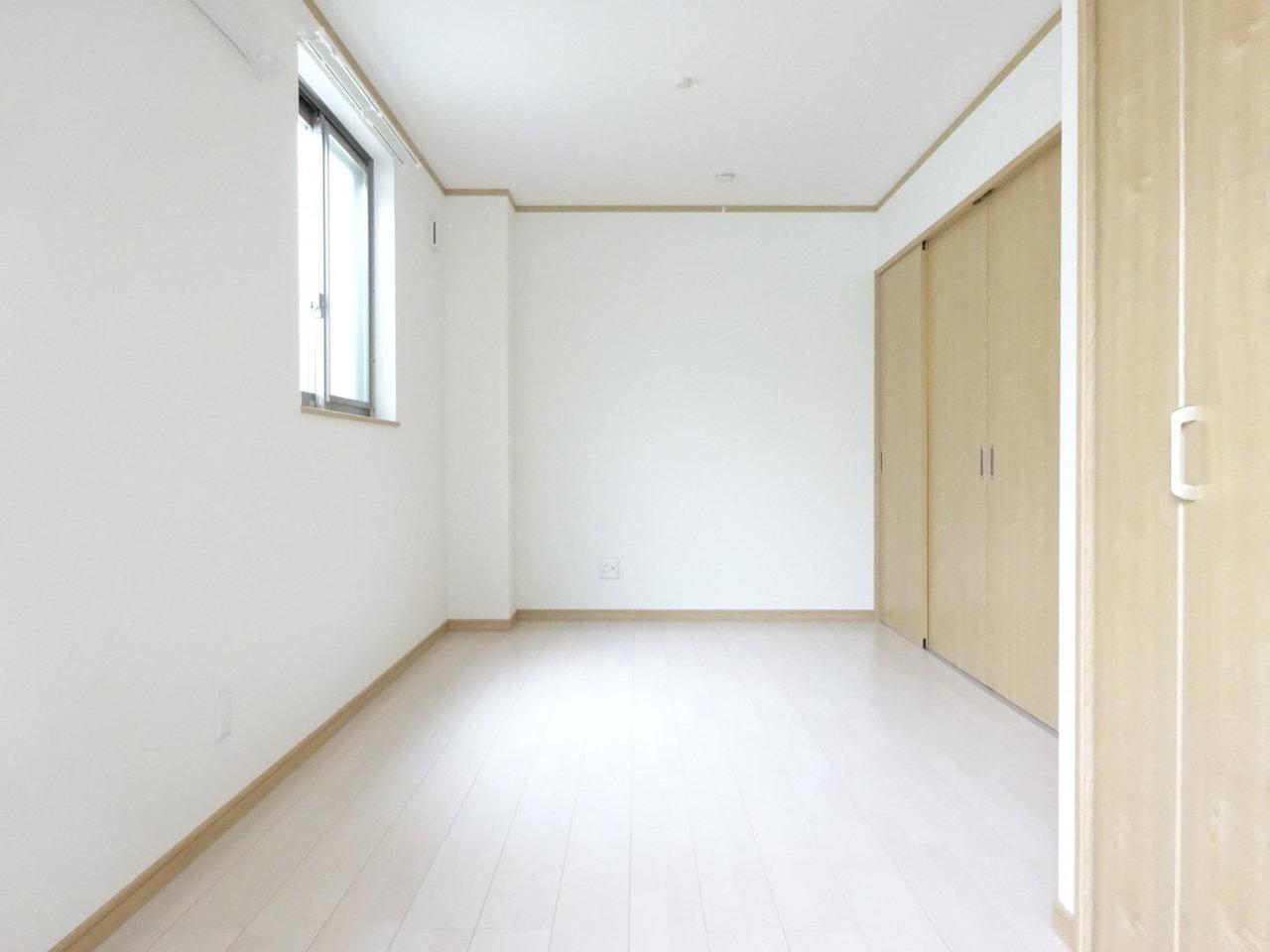 洋室のほうは南側に、小さいながらも高めの位置に窓が設置されているので、日中は明るい光が差し込んできます。