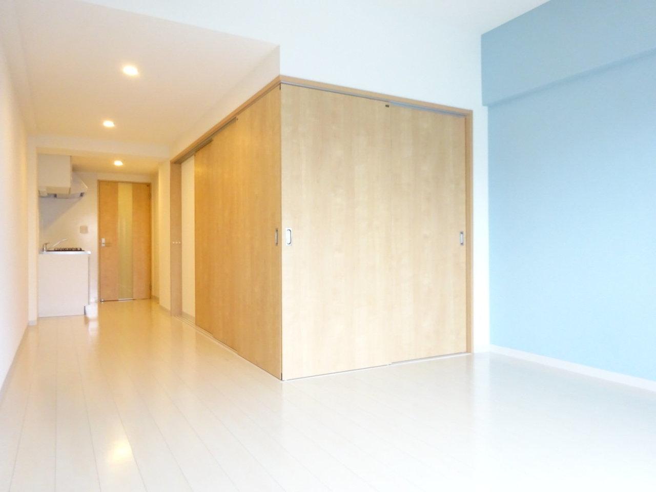 洋室との仕切りを閉めたらこんな感じ。木目の扉と、水色の壁紙の相性もいいですね。