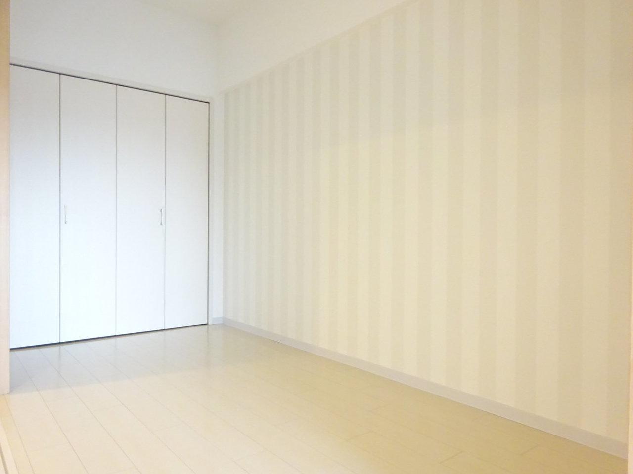 4.5畳の洋室の壁紙もシンプルで落ち着いた色合い。寝室にぴったりです。