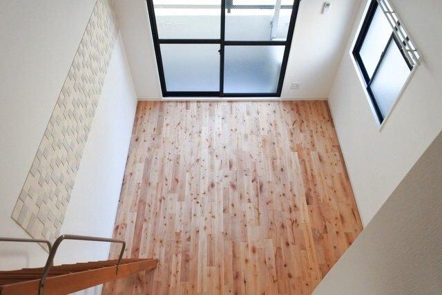 カバ材の無垢フローリングを使った、ロフト付きの1K。天井が高く、床も明るい色味なので、とても明るいお部屋ですね。