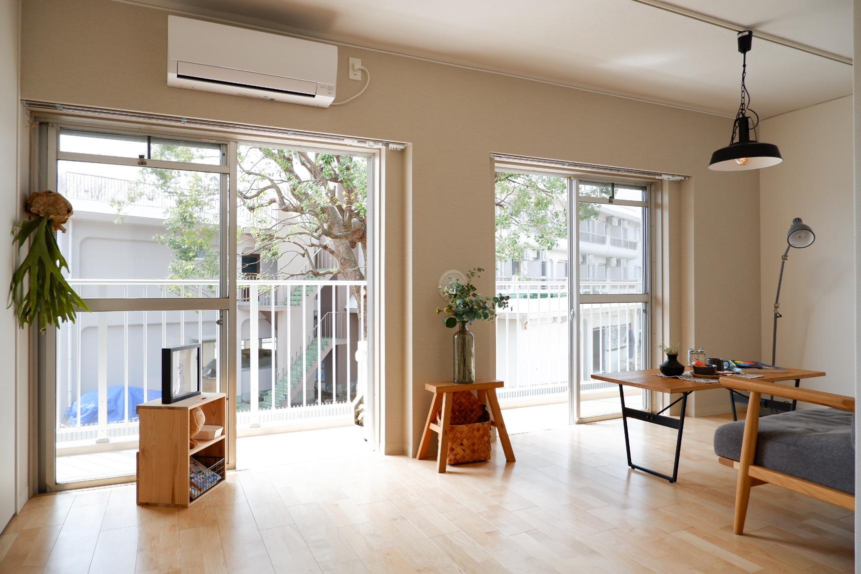 1階には専用庭があるお部屋も。207号室は、リビングから大きな樹が望めて、気持ちが良いです