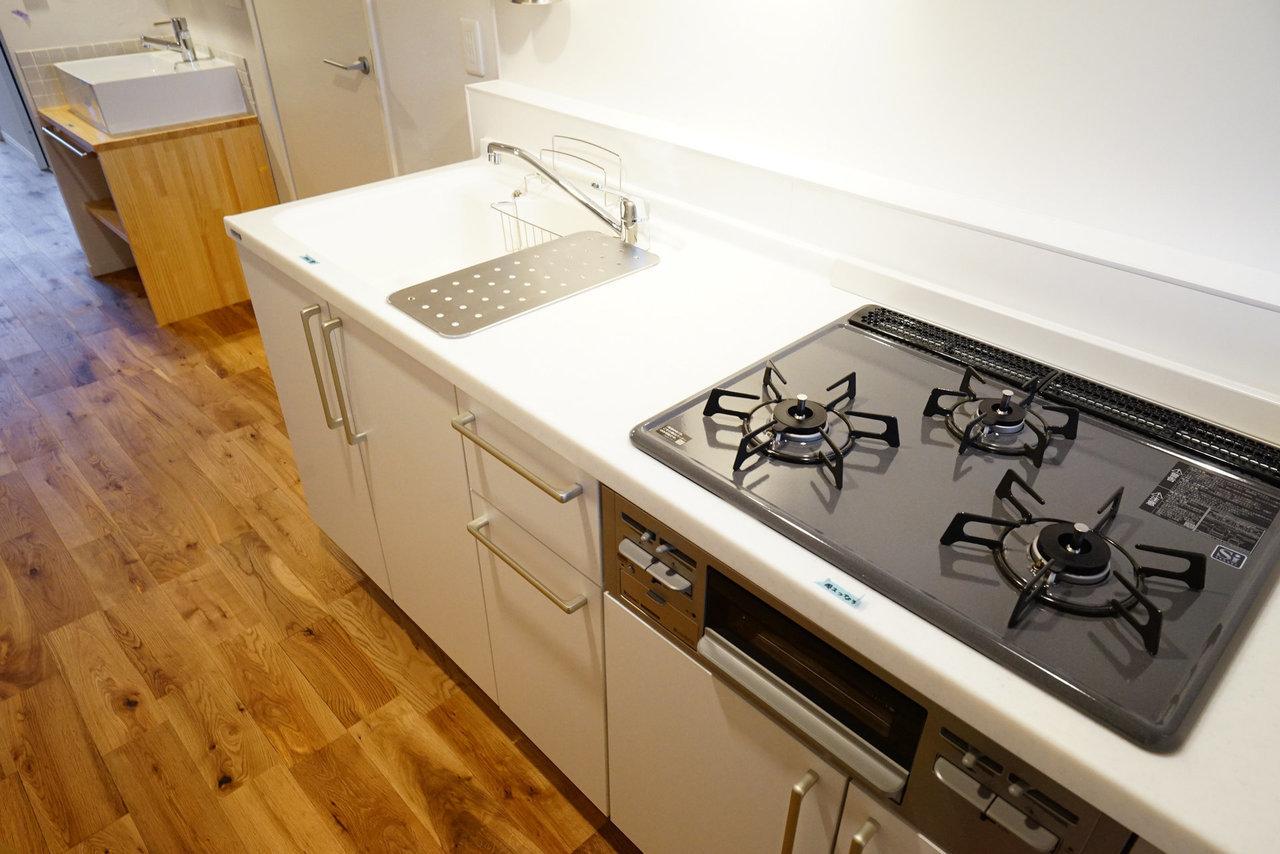 部屋が広いとキッチンも広い。ガス3口の充実キッチンは自炊の味方。