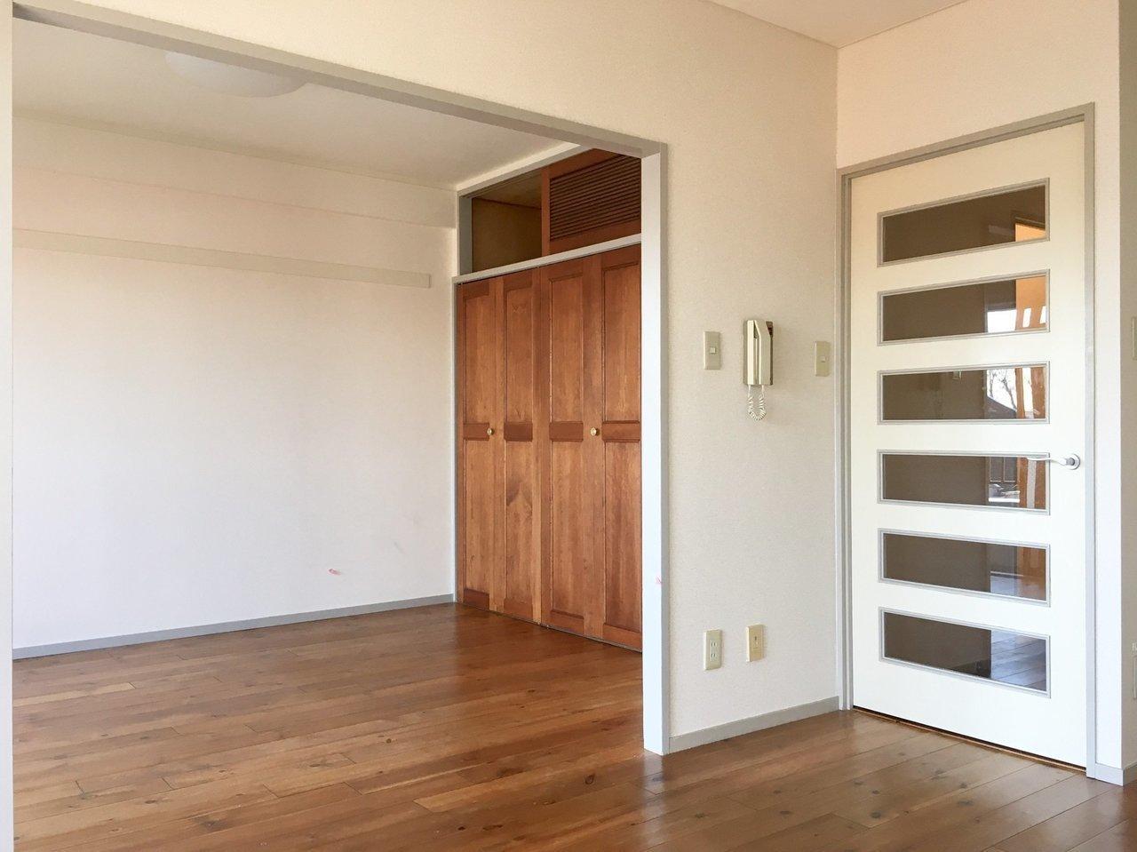 床はいい具合に経年変化した深みのある色に。クローゼットの扉も木材。ヴィンテージ家具を合わせてもしっくりきそうですね。