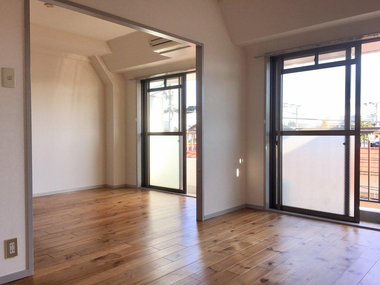 窓に対して横長の13.5畳のLDK。これにさらにもう1部屋ついているので、かなりゆとりを持って暮らせそう。