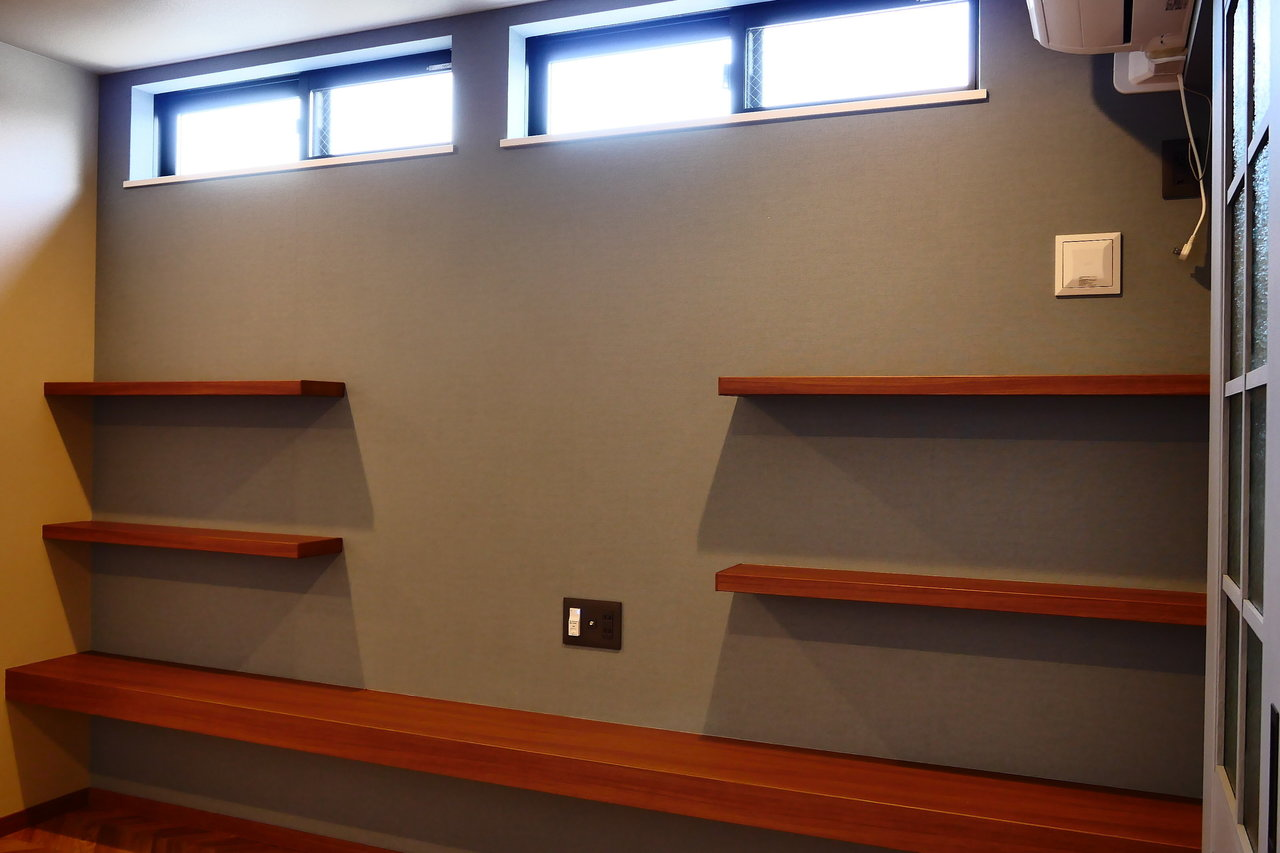 壁にはこんな棚が。好きなものを色々並べたい。