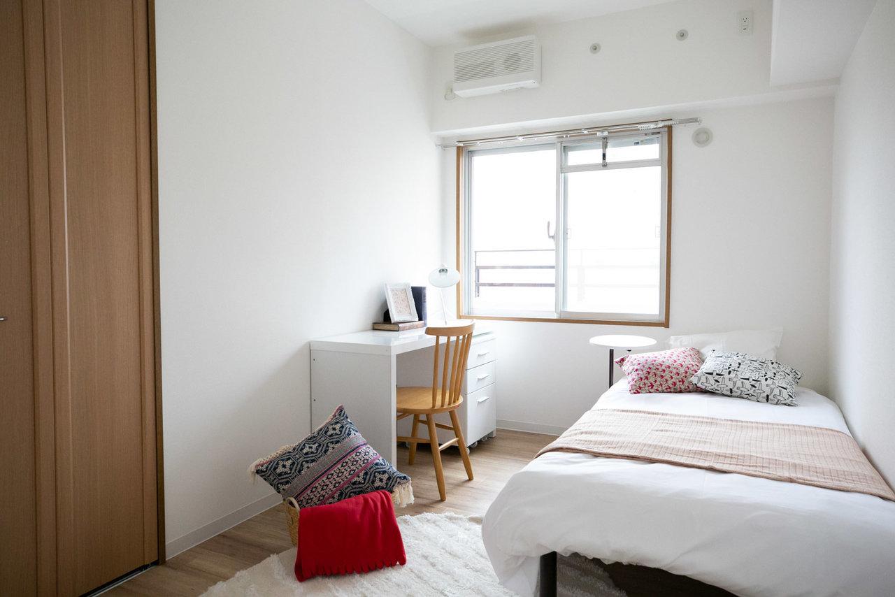 さらに、洋室は全部で3部屋あります。それぞれに収納スペースがあるので、両親の寝室はもちろん、お子様も3人くらいまでは一緒に生活できるんではないでしょうか。写真は真ん中の5畳のお部屋。ベッドと勉強机を十分に置くことができそうです。