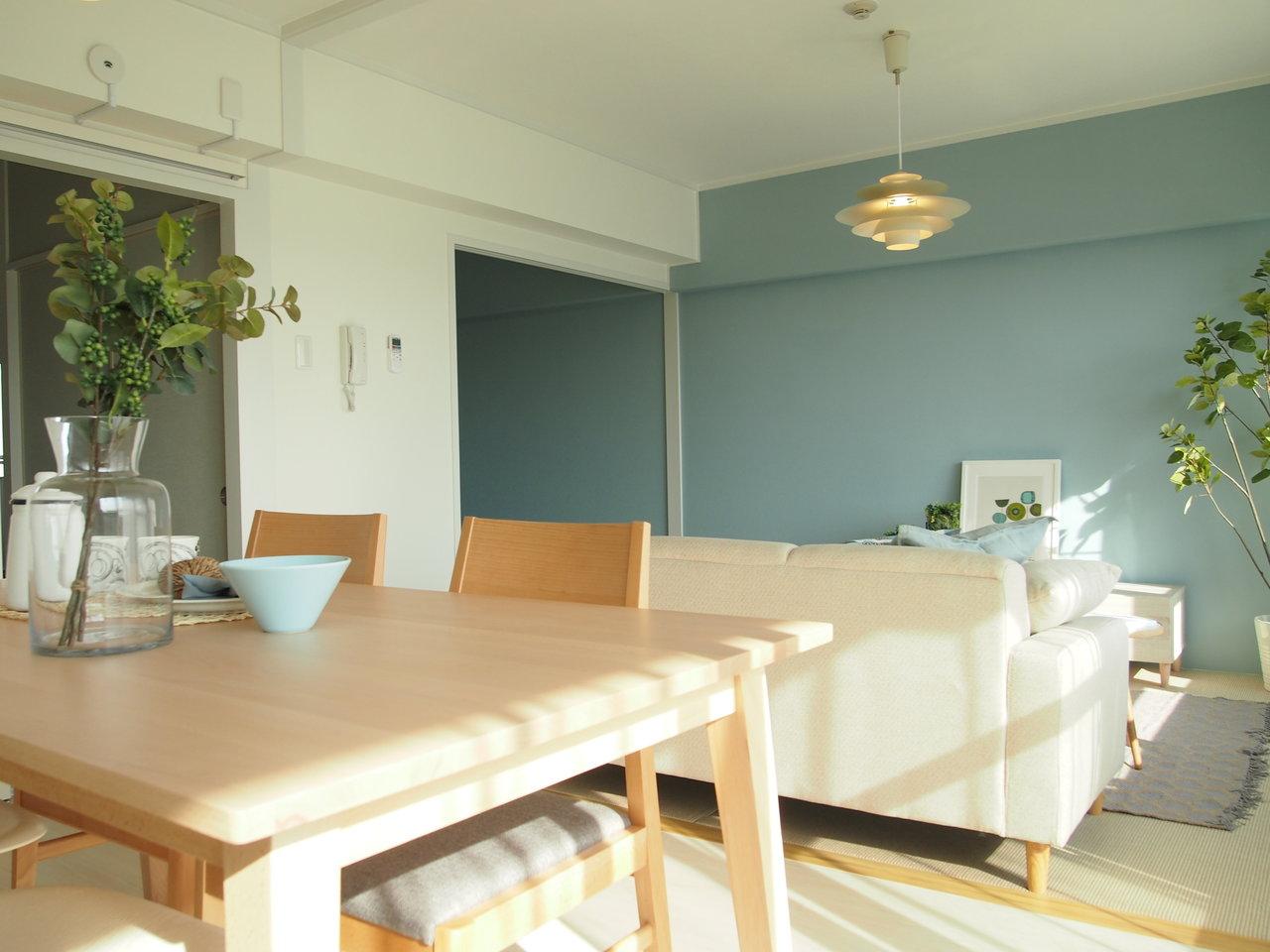 逆サイドからみたリビングはこんな感じ。大型の家具を置いても問題なく過ごせます。何よりこのブルーの壁紙が、北欧好きにはたまりません。