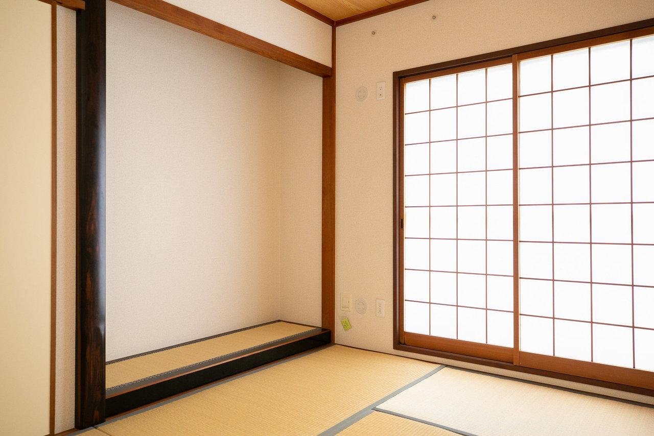 もうひとつの部屋は和室。床の間がある、レトロな造りです。この床の間に季節の花を飾ったり、子どもの絵を飾ったり? 今どきの使い方を楽しんでもいいかもしれません。