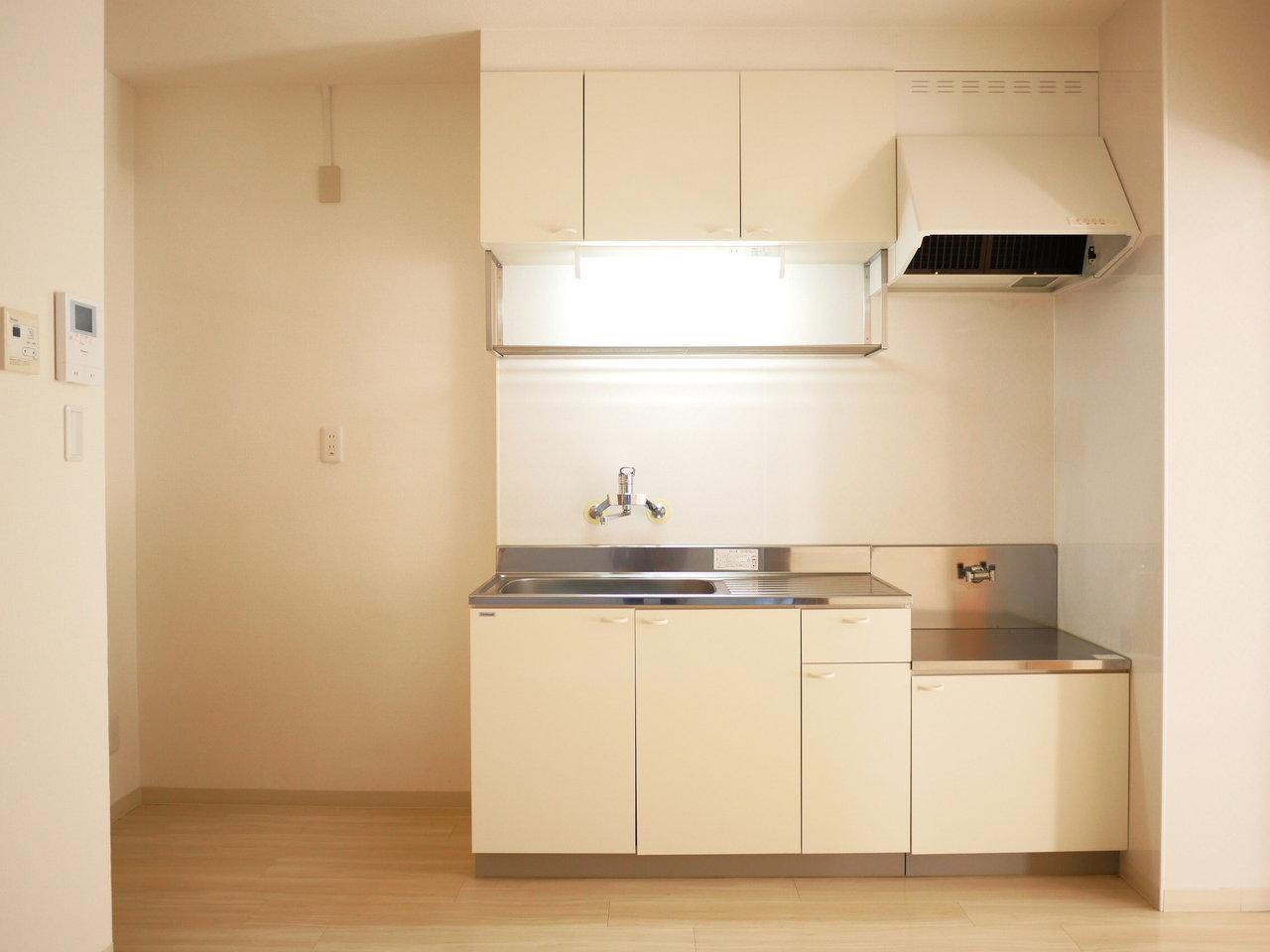 コンロは持ち込みになりますが、キッチン周りもきれいになっています。収納箇所も多く、吊り棚も。調味料を置いたり、調理器具をぶら下げたり…二人で雑誌に出てくるような素敵な空間をつくっていってください。