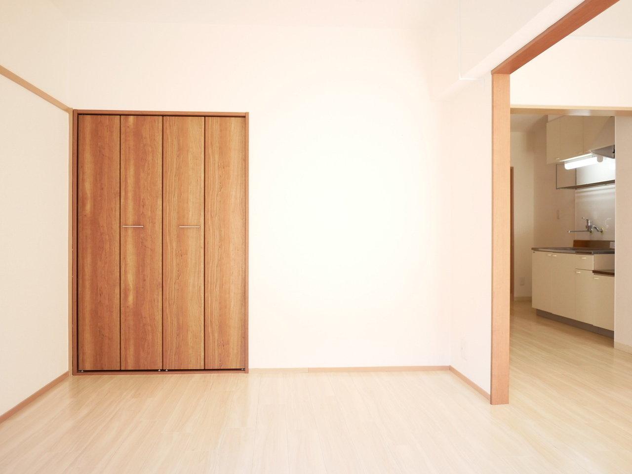 なんと収納スペースが各部屋に合計で3つもあるので、一人が1つずつ使ってもまだ余るほど。残りの1つはあまり出し入れがない季節ものの洋服や家電などを入れておいてもいいかもしれません。