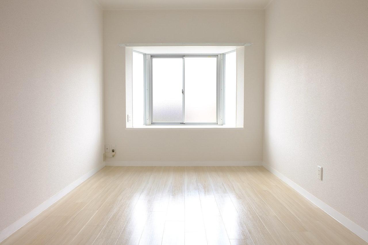 寝室には出窓が。朝起きた時に明るい陽射しが入ってくるようなお部屋に憧れます。緑を置くなどして、思いっきりリラックスできるスペースを二人でつくりましょう。