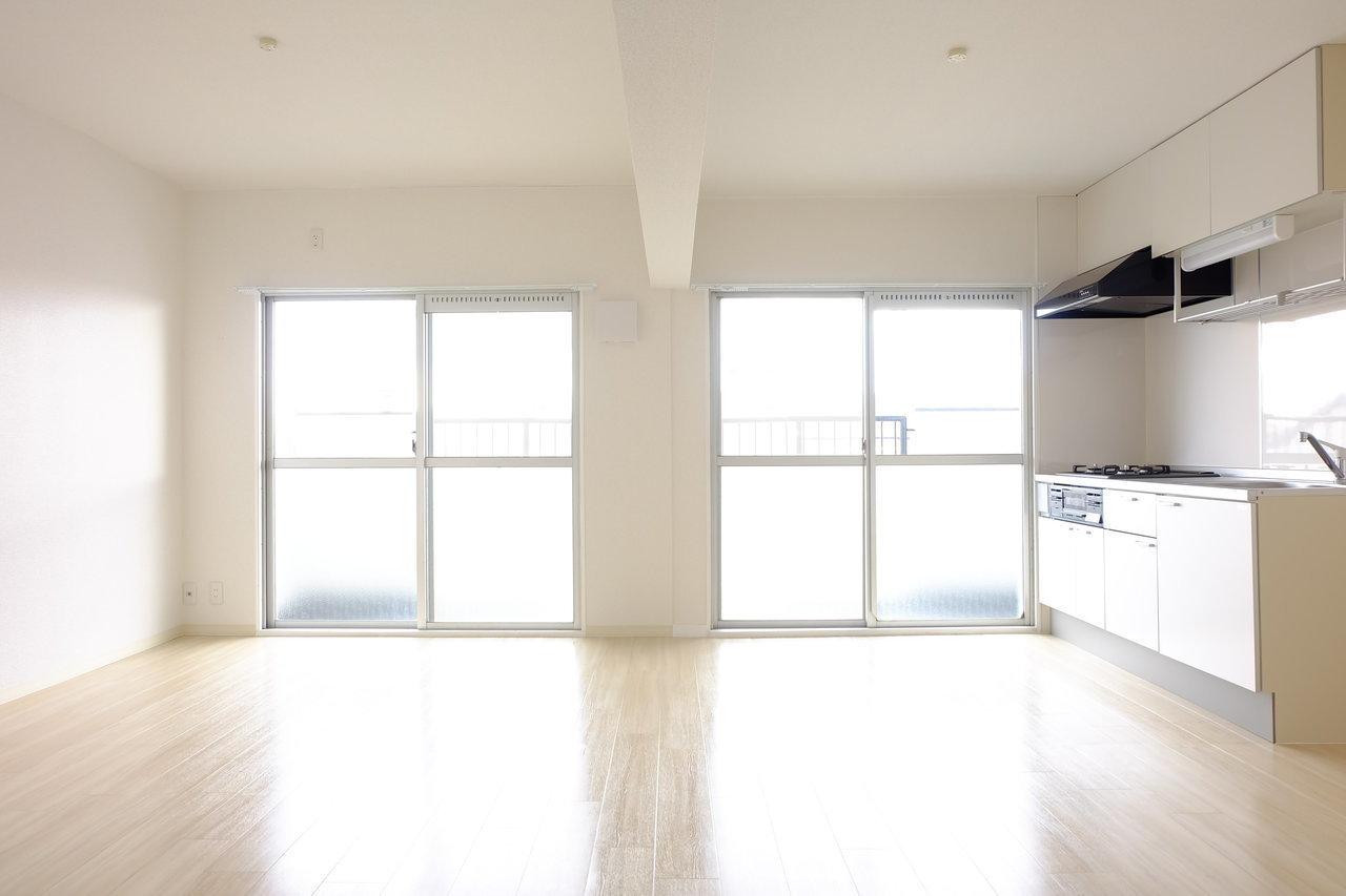 続いてはこちら。こちらのお部屋もリノベーションされています。キッチン&居室スペースはなんと20畳! もともと3部屋あったところ、間仕切りを取り払って1部屋にしたからこそ実現できた、それはそれは広いお部屋です。