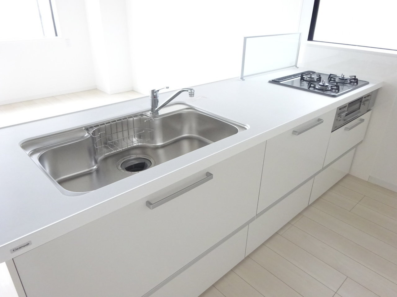 ほかにもリビングで目を引くのは、白くて大きなカウンターキッチン。背面のスペースも広いので冷蔵庫と食器棚も十分置くことができます。