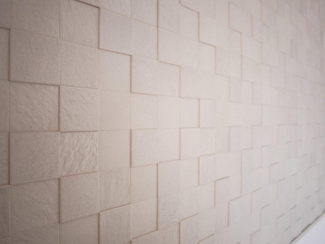 リビングには、調質機能がある壁材の「エコカラット」が。機能性も高いのに、インテリアとしても素敵な、うれしい設備。