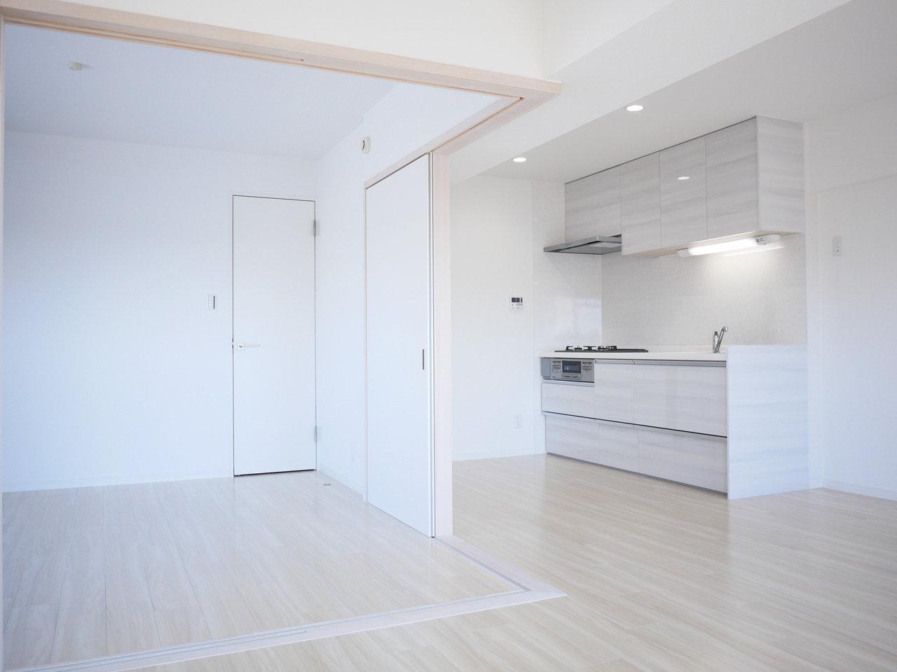 最後はこちらの物件。角部屋で最上階。日当たりもとっても良く、全体的に白で統一されたさわやかなお部屋です。