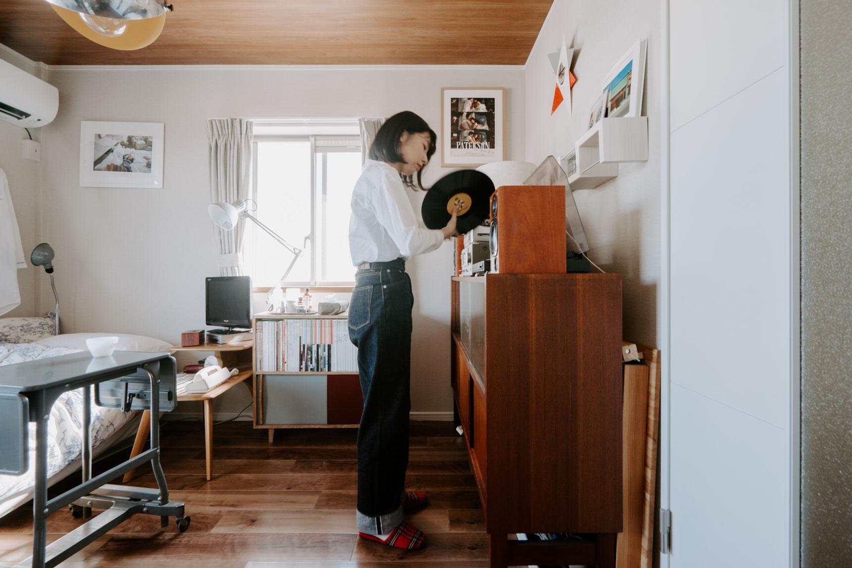 レコードを選び、セットする姿も絵になる。実際に聴かせていただいたのですが、部屋全体の雰囲気が和やかになるような、良い音でした。アナログの機械って、やっぱりいいですね。