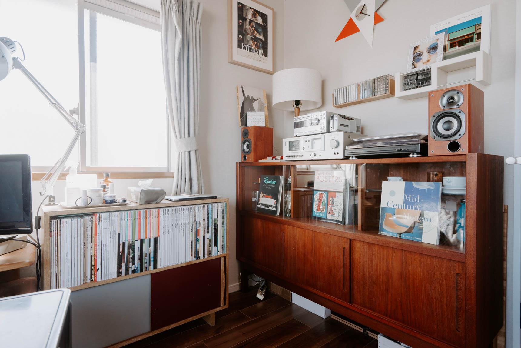 部屋の一角には、レコードプレーヤー、カセットプレーヤーと、豊富なレコードのコレクションが入っている棚があります。