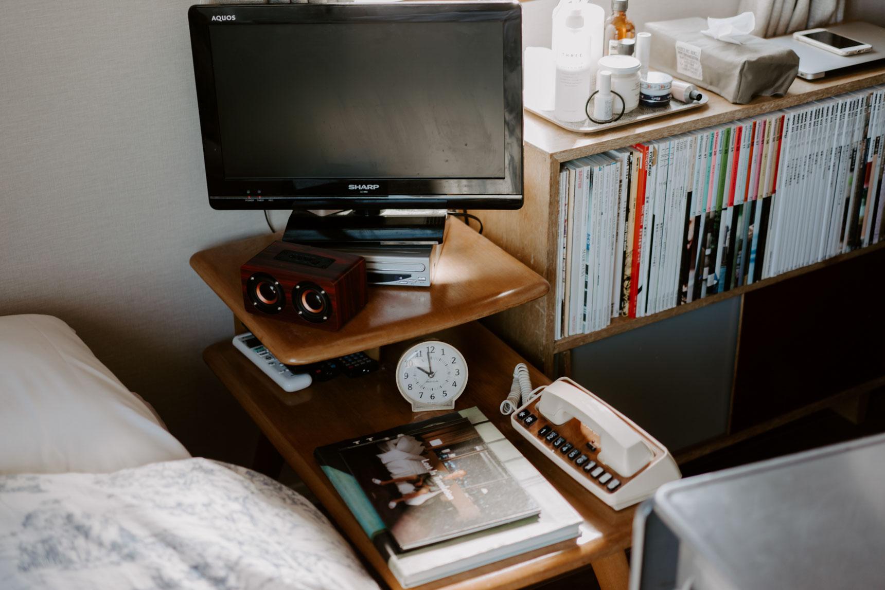 アメリカの家具メーカー、HEYWOOD WAKE FIELD(ヘイウッドウェイクフィールド) のサイドテーブルがお気に入り。この場所で、Bluetoothのスピーカーで音楽を流したり、映画を見たり、本を読んだり楽しみます。