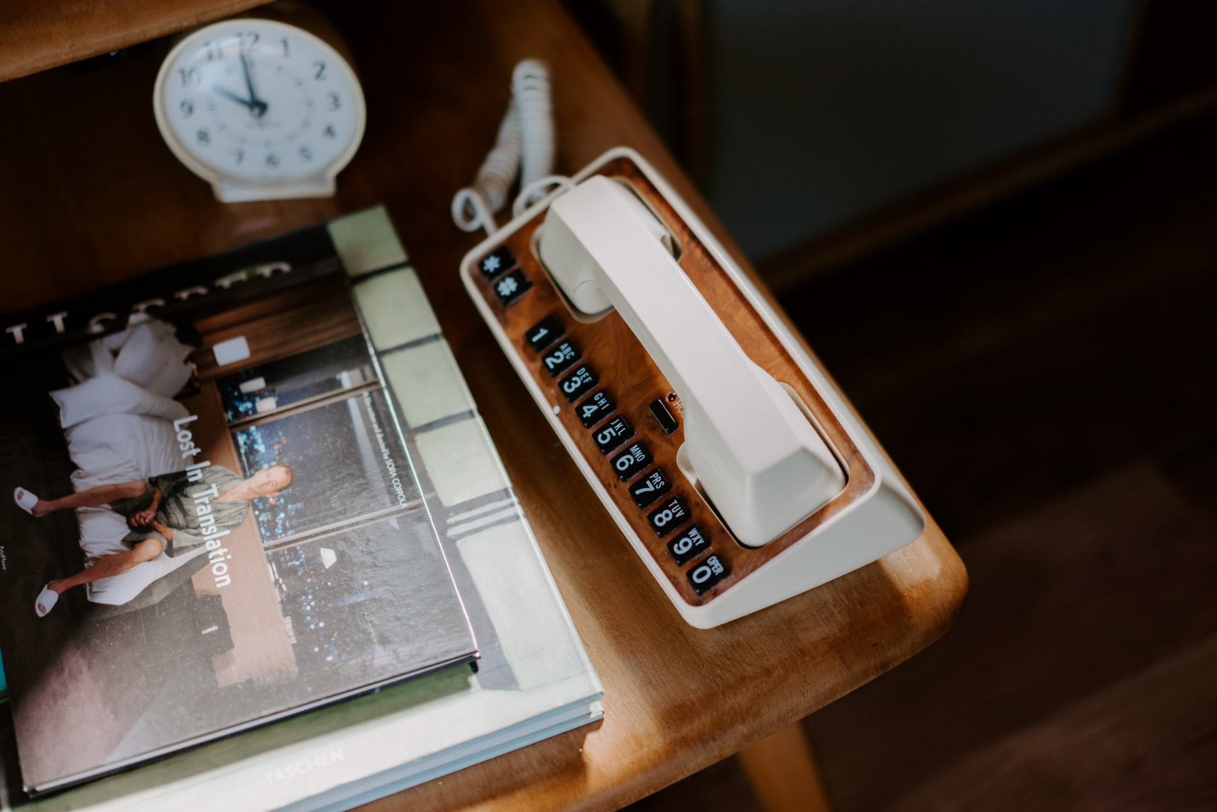 電話や時計など、「モーテルっぽさ」を感じるアイテムがここにも。