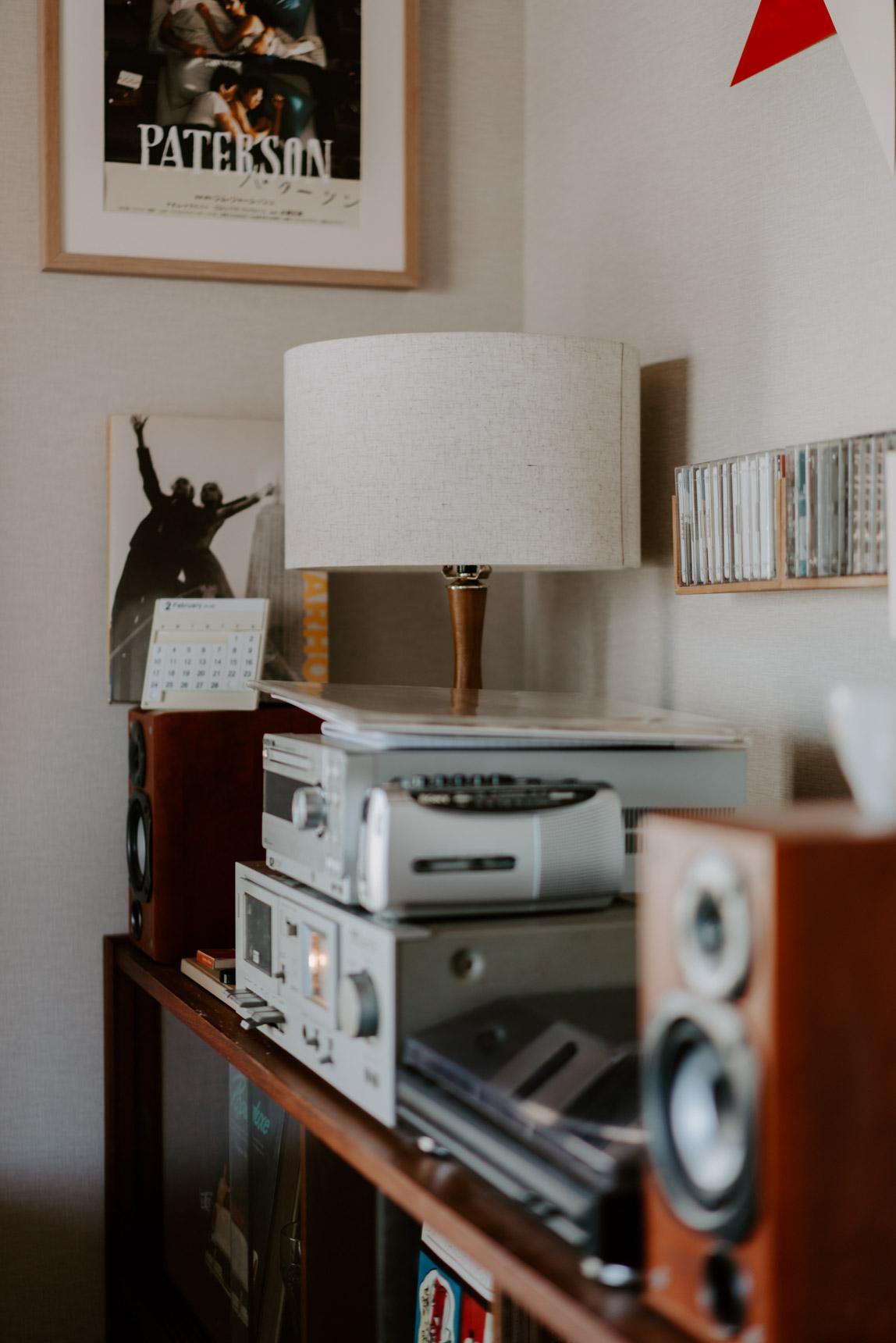随所にあるアイテムが、ちょっとレトロな感じを表現。ランプはACME Furnitureのもの。