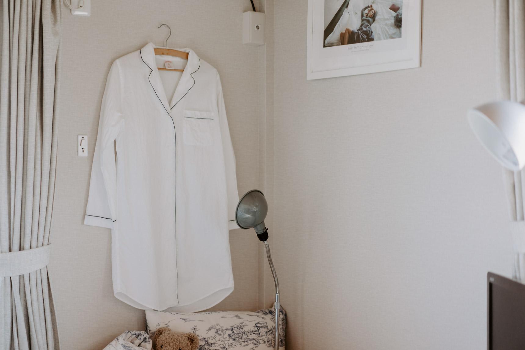 壁にかけられていたパジャマ。絵になるパジャマ、て素敵。
