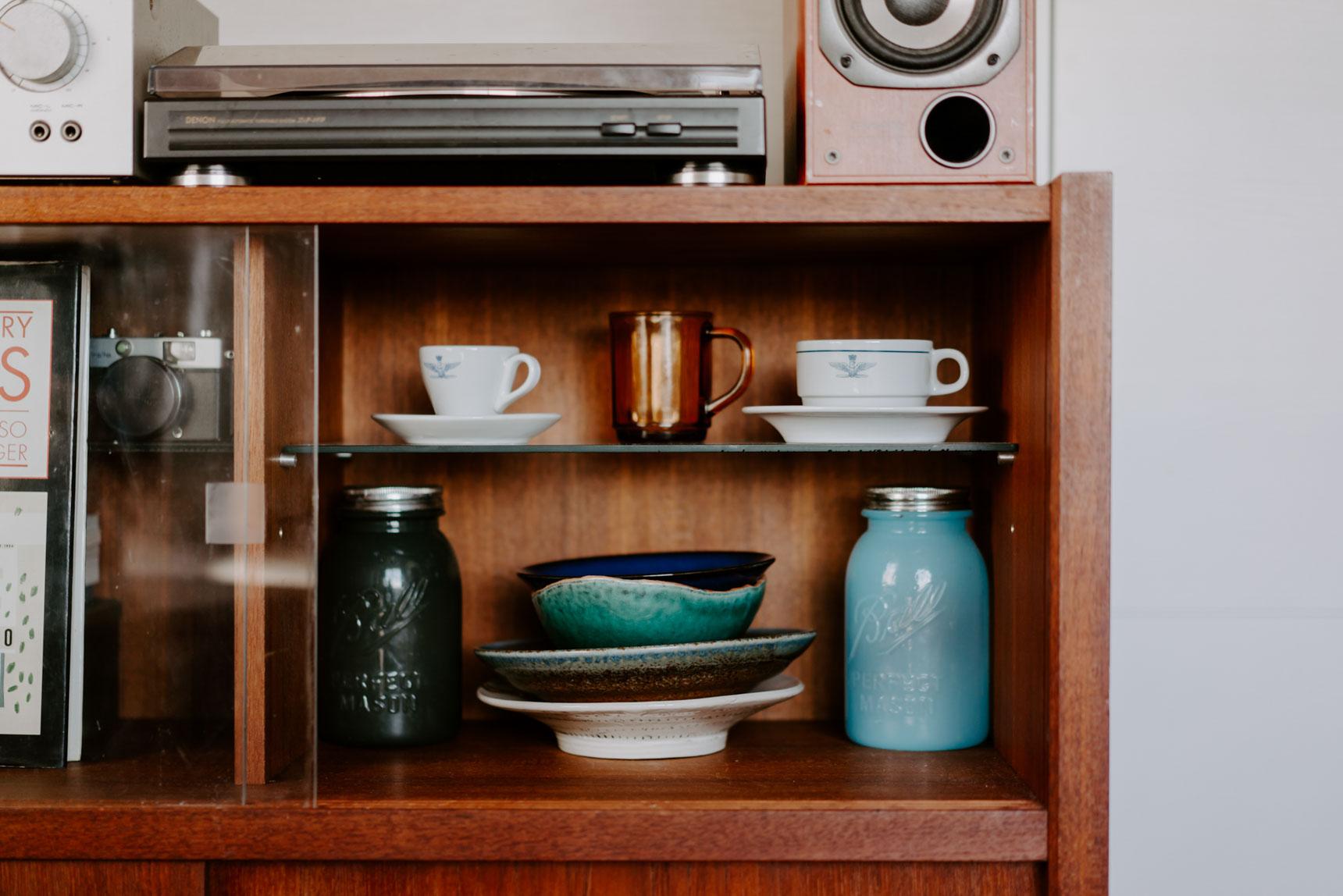 レコード棚の上段には、お気に入りの器も。下の器は、おばあさまから譲っていただいたもの。