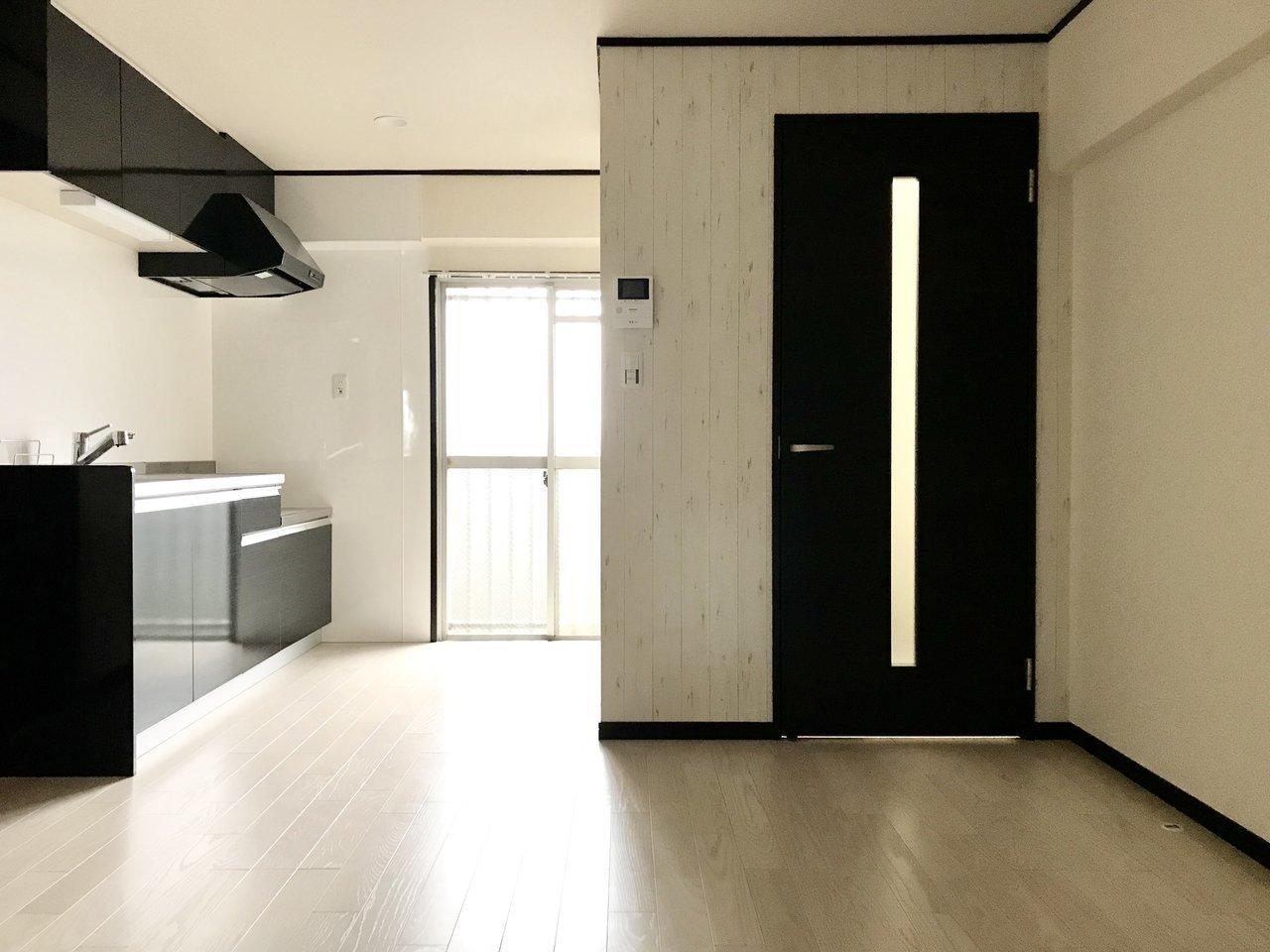 とにかく広さを求める方に、お手ごろなリノベ2LDK。黒のキッチンや黒の建具が、インテリアをピリッと引き締めます。
