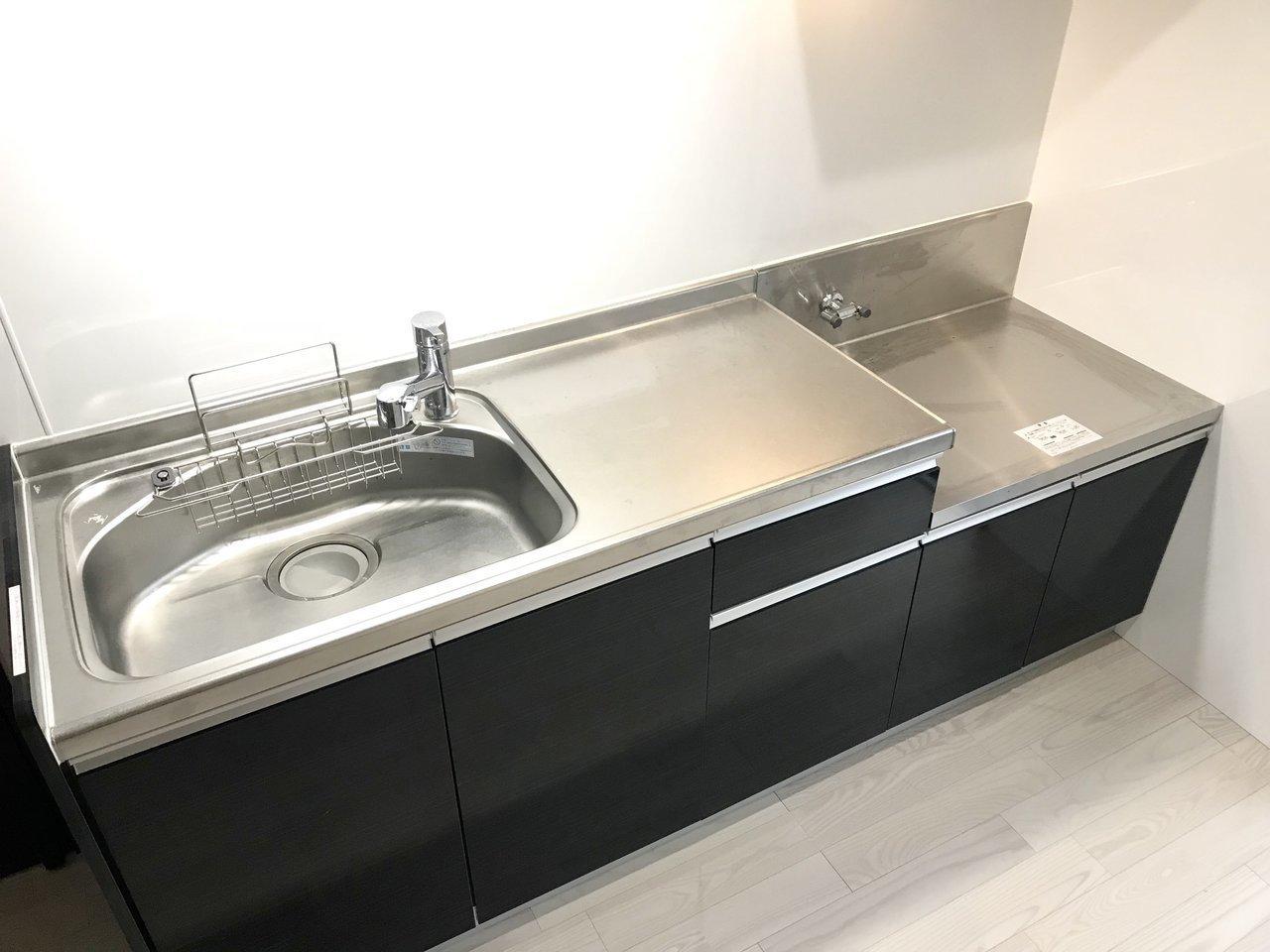 部屋が広いとキッチンも広い。ガスコンロは置き式なので、好きなデザインのものをセレクトしてください。