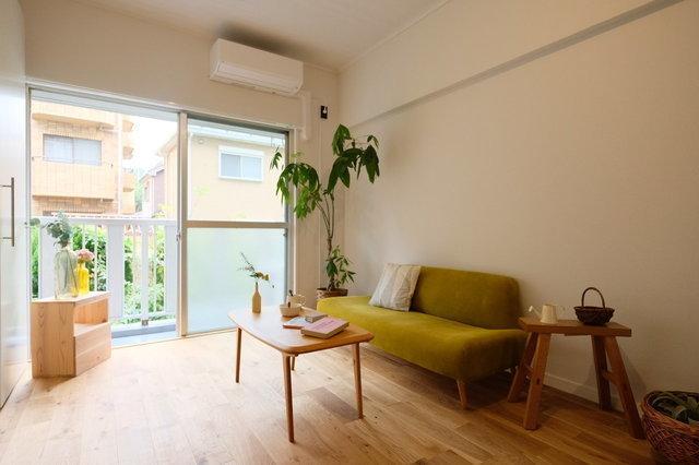 goodroomの手がけるオリジナルリノベーション、TOMOS。床材は、明るく柔らかい印象のパーチ材にしたり、キッチンは真っ白の人口大理石天板と3口ガスコンロを採用したりと、利用者のニーズに応え、おしゃれな賃貸物件に生まれ変わったお部屋です。(写真はイメージです)