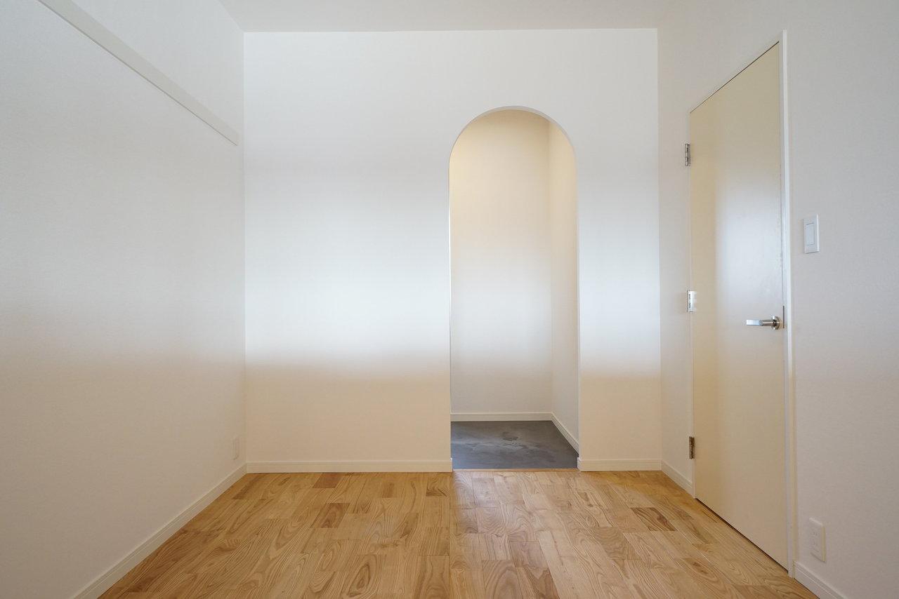2畳の小さな書斎もあります。仕事をしたり、考え事をしたり……アーチ型の入り口もTOMOS流なんです。(写真はイメージです)