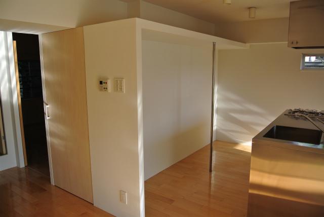 背面には広々とした収納スペースがあるので、冷蔵庫などの家電だけではなく棚などを置いて自由に収納スペースを作れるのもうれしいですね。