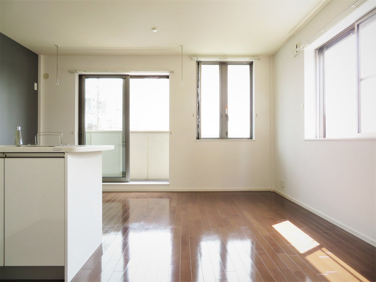 1フロアに1戸、1LDKのお部屋です。角部屋になるので、2面採光で室内はいつも日当たりが良く、隣の人の音を気にせずに暮らせるんです。