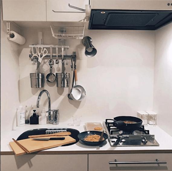 グッドルームスタッフSさんのキッチン。コンパクトですが、ラックを上手く活用してすっきりまとまっていますね。