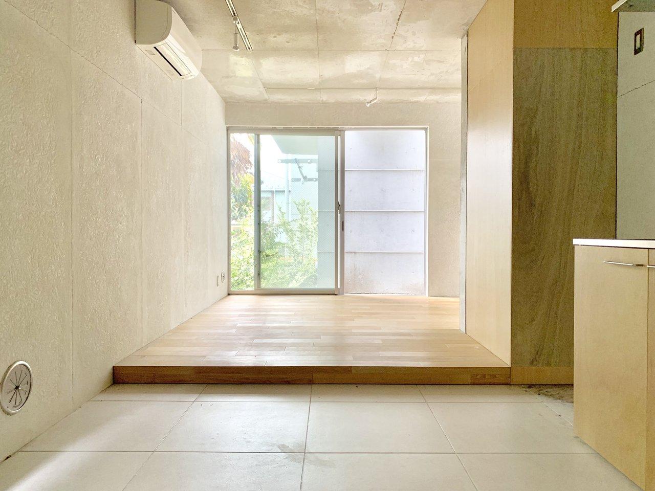めっちゃかっこいい部屋だな!と思ったら、グッドデザイン賞受賞してました。どうりで。打ちっ放しの質感と、窓から見える中庭のグリーンのコントラストが美しいです