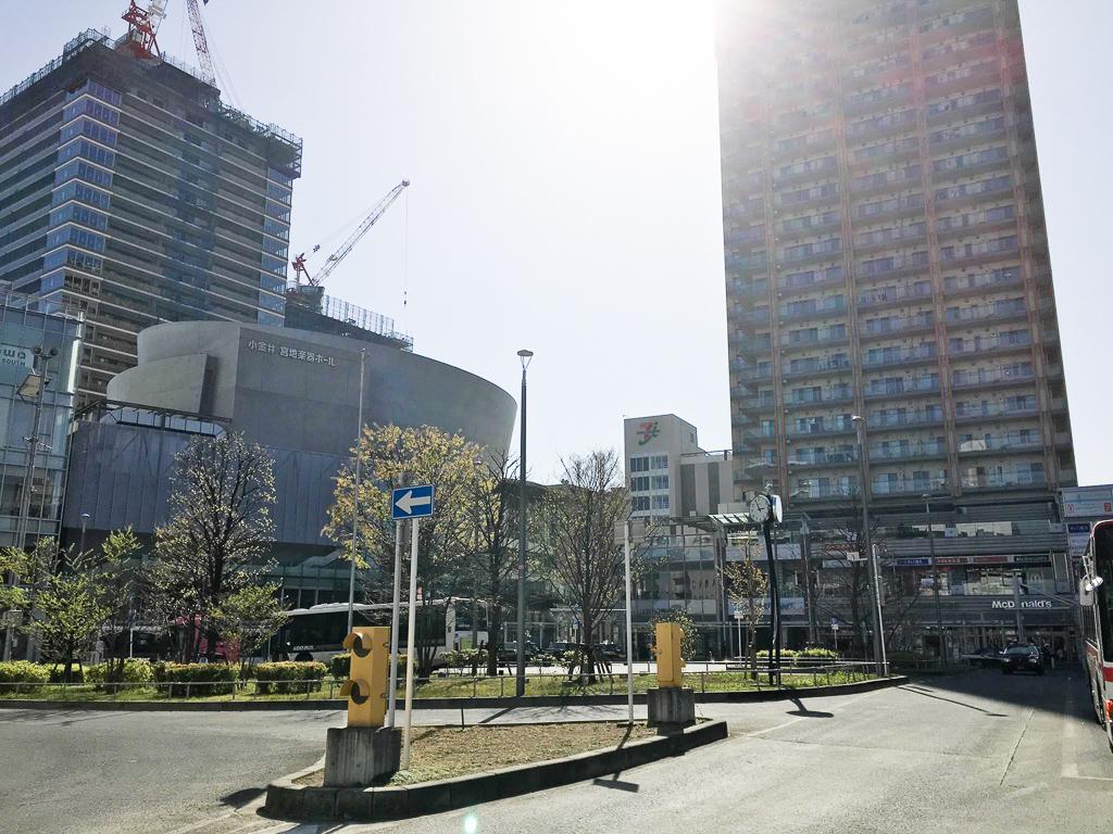 武蔵小金井駅北口のバスターミナルの様子。広々としていて、大きなスーパーなどのお店も充実。遠くでは工事が進んでいて、どんどん変わる街の様子を感じます。