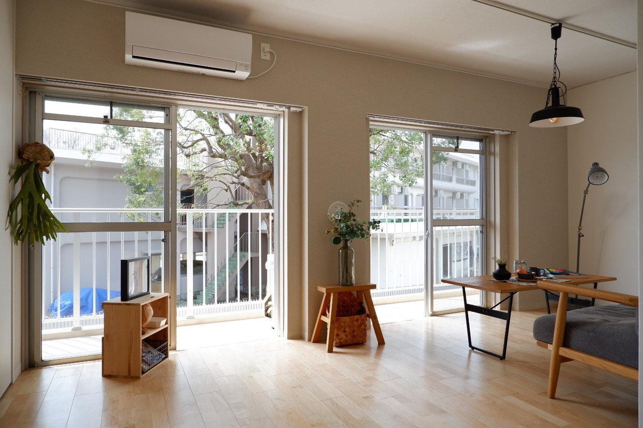 ファミリー向けの2LDK住居は入居募集がスタートしています。敷地内の大きな木々はそのまま活かされていて、リビングでソファに座りながら眺めることができるお部屋も。