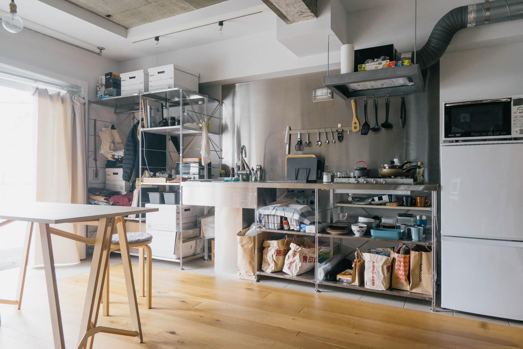 キッチンは、無印良品のステンレスユニットシェルフキッチン。かっこいいですよね。