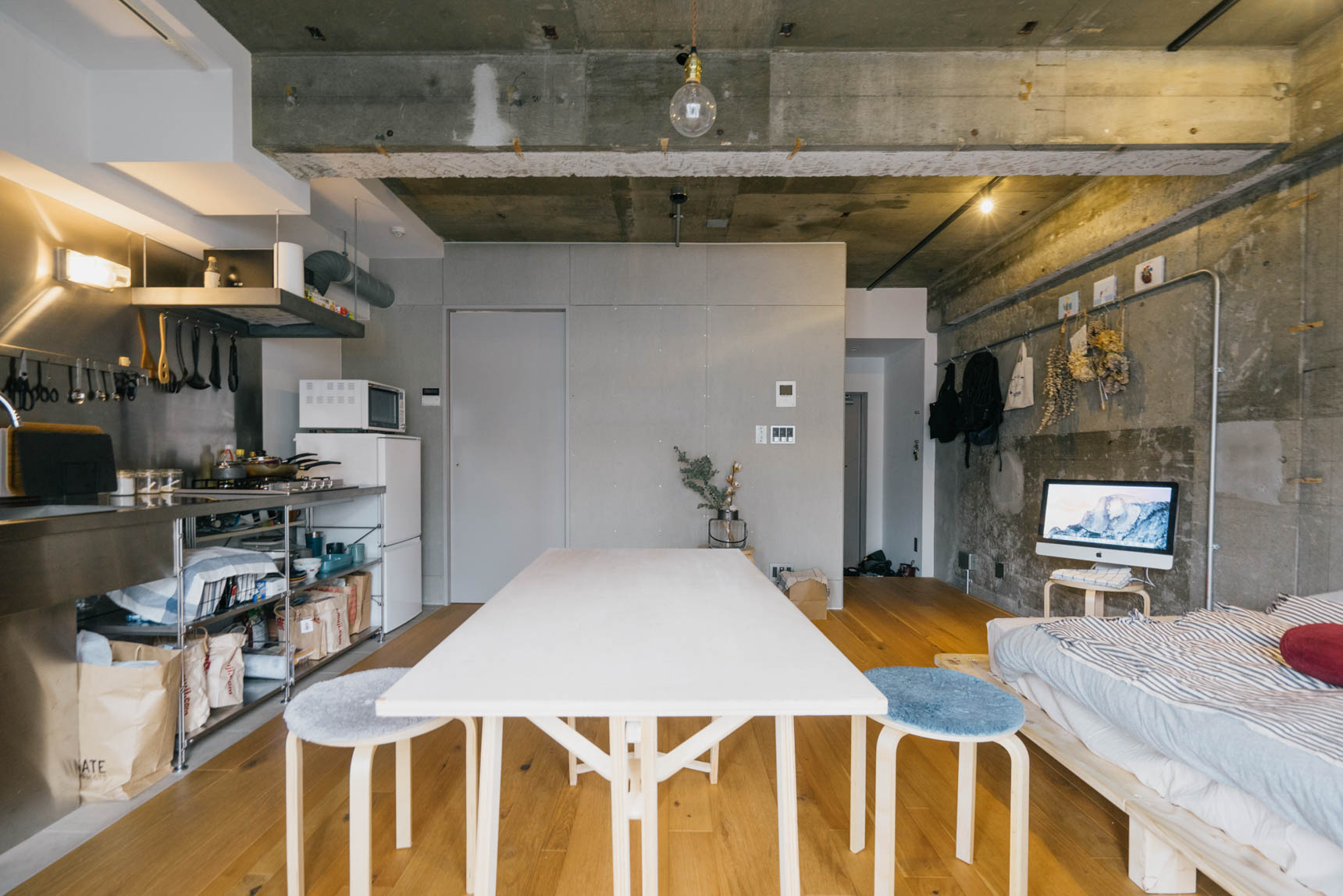 大きな家具は、ベッドと組み立て式のテーブルのみ。