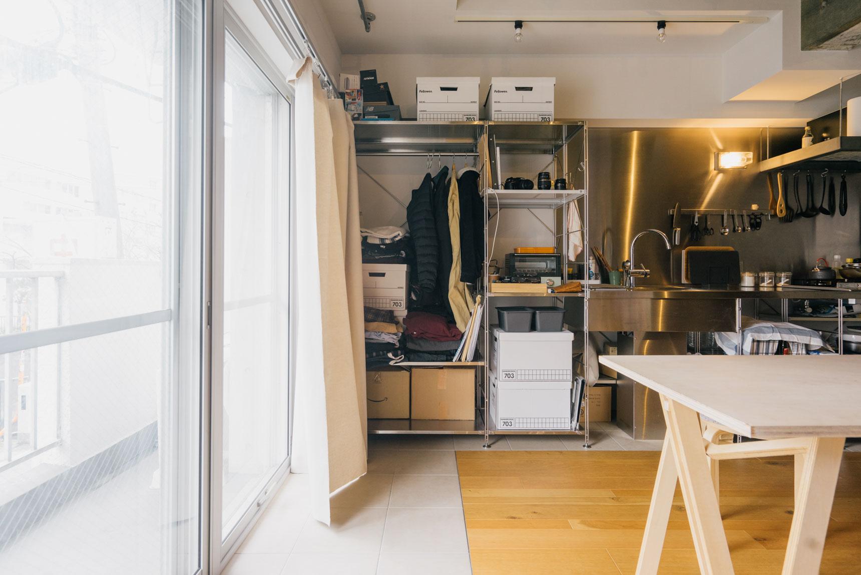 クローゼットは、なんとキッチンの横のこちら部分だけ。うまくボックスも活用しながら収納しています。