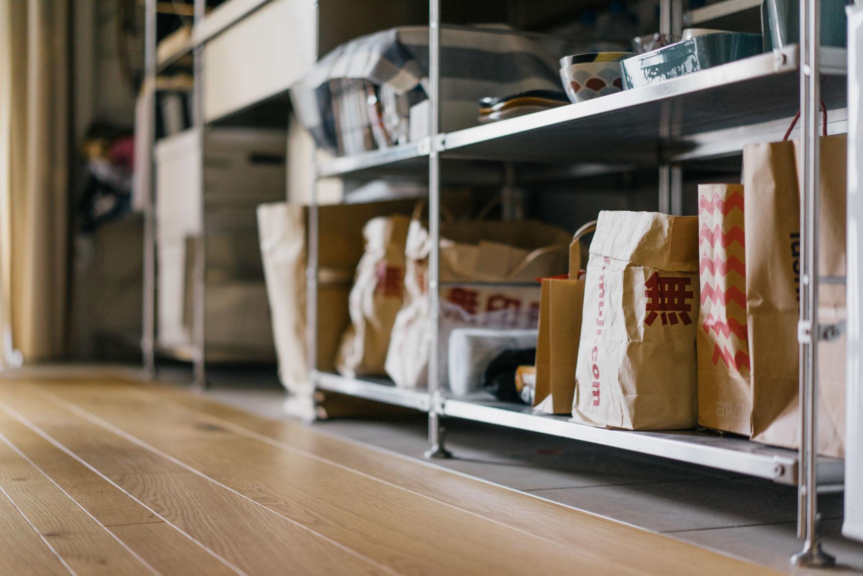キッチンの収納も、すべてオープン。無印良品の紙袋を活用されていました。同じ色味、質感で揃っているから、すっきり。無料で手に入るものをうまく使った、素敵なアイディアです。