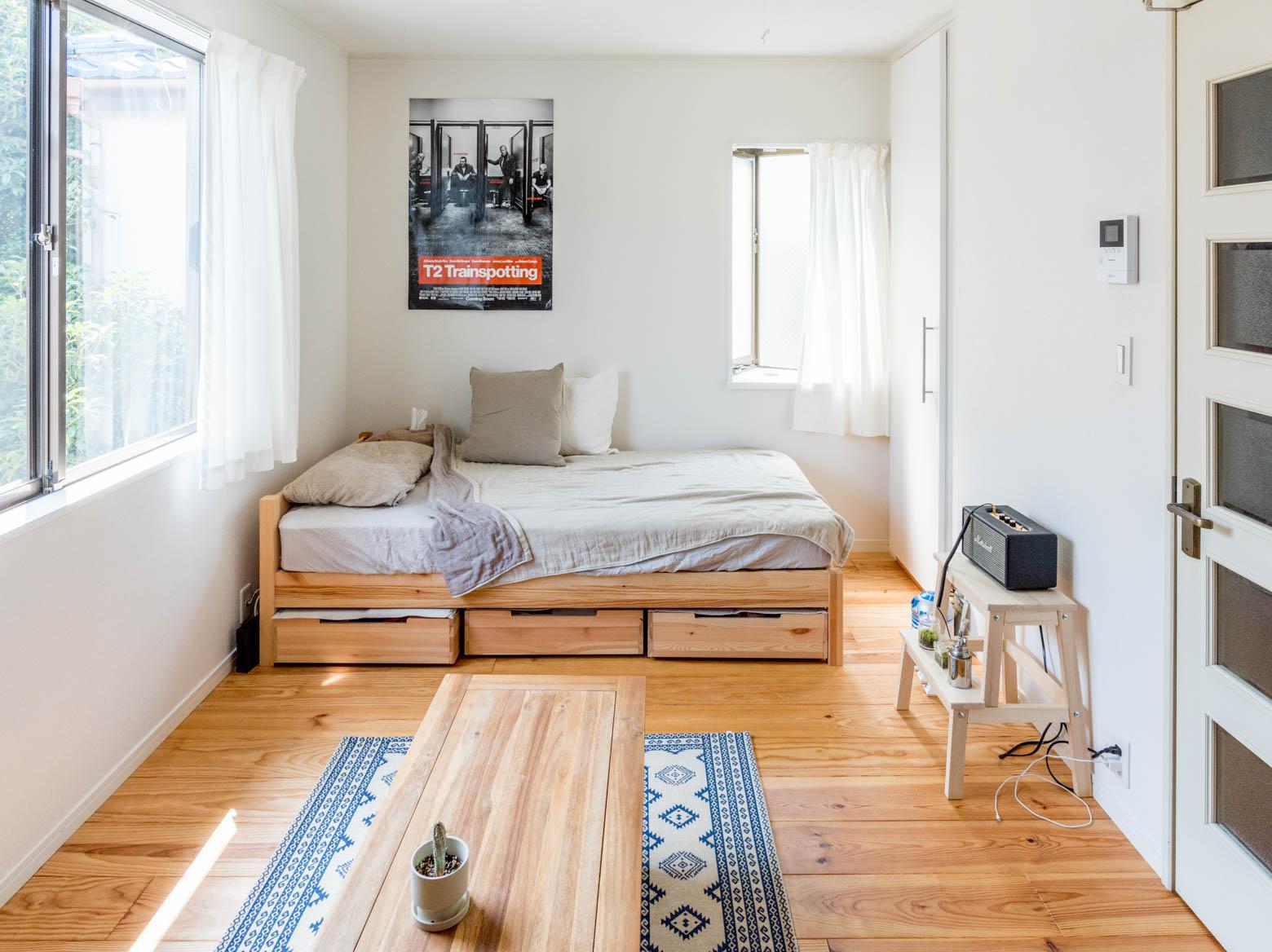 意外と広大なスペースが眠っているのはベッド下。洋服だけでなく本の収納などにも意外と向いています。こちらは無印良品のパイン材ベッド。ベッド下収納もオプションで同じ素材のものが売られているので、スッキリとした見た目です。